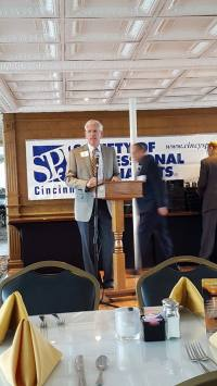 Cincinnati SPJ President Tom McKee welcomes the approximately 60 guests to the awards banquet Oct. 24.